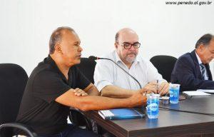 Coordenador de Trânsito Geraldo Sabino e Engenheiro Ivan Vilela, esclarecendo dúvidas dos vereadores na Câmara de Penedo.