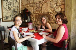 As amigas de Santa Catarina experimentando a boa culinária regional
